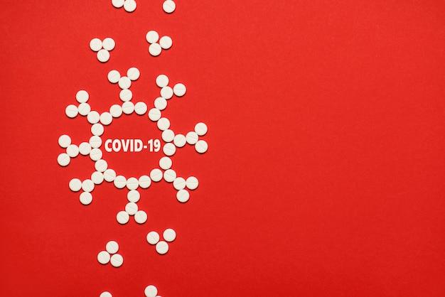 Conceito de surto de estrutura de microscópio de coronavirus. acima, foto de visão aérea plana de um vírus feito de pequenas pílulas redondas brancas isoladas sobre um fundo de cor brilhante com um espaço vazio em branco de cópia