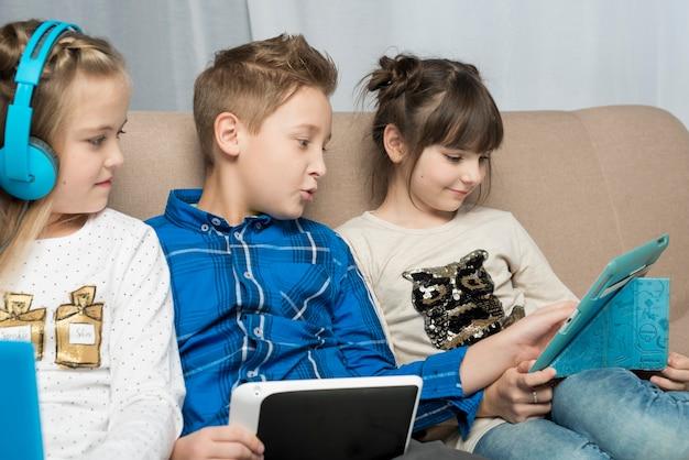 Conceito de tecnologia com crianças felizes