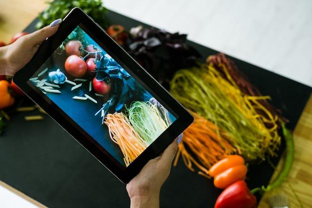 Conceito de tecnologia de e-commerce de fotos de fotos de alimentos para celular