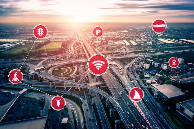 Conceito de tecnologia de transporte inteligente para o futuro tráfego de automóveis na estrada