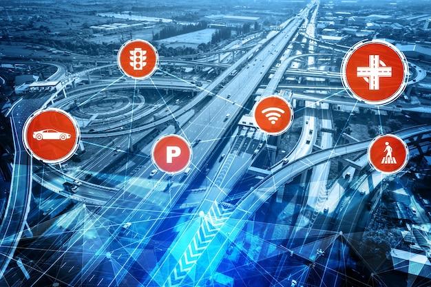 Conceito de tecnologia de transporte inteligente para o futuro tráfego de carros na estrada