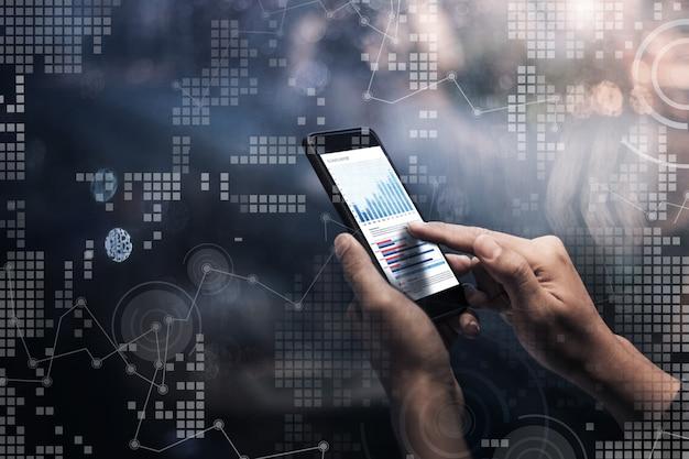 Conceito de tecnologia digital com mãos masculinas segurando um smartphone e uma interface gráfica