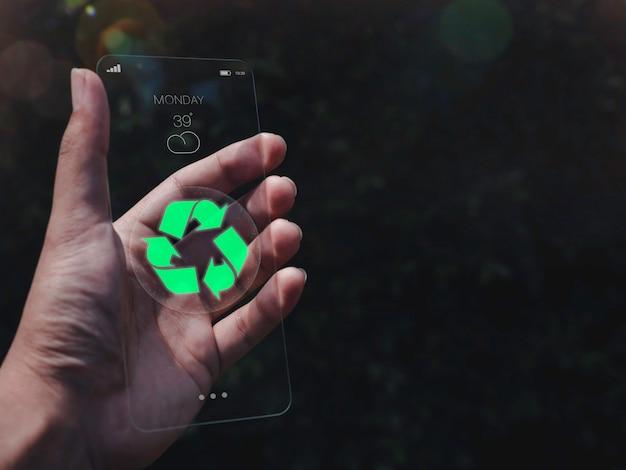 Conceito de tecnologia futurista moderno de vidro transparente. energia renovável com reciclagem verde em um futuro smartphone fino em fundo escuro com espaço de cópia, conceito de dispositivo ecológico.