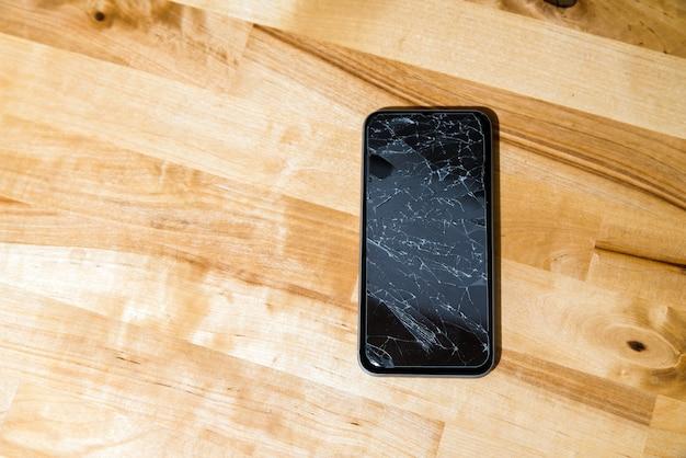 Conceito de telefone inteligente com tela quebrada.