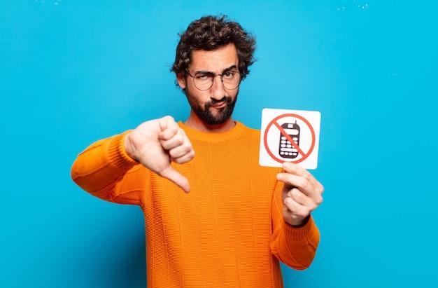 Conceito de telefone proibido para jovem barbudo