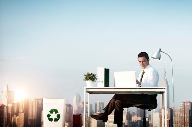 Conceito de telhado de escritório verde de homem de negócios