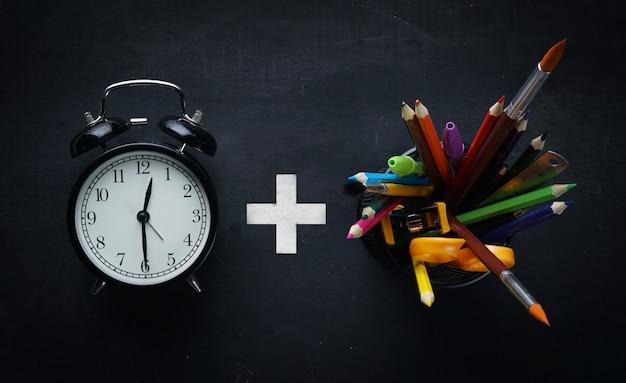 Conceito de tempo de educação. escola de alarme plus stationary