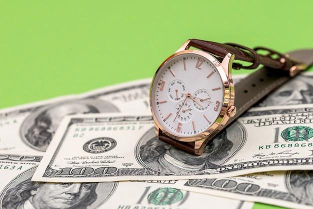 Conceito de 'tempo é dinheiro', isolado no verde