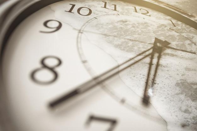 Conceito de tempo e memórias. close-up do relógio e as ondas do mar na areia.