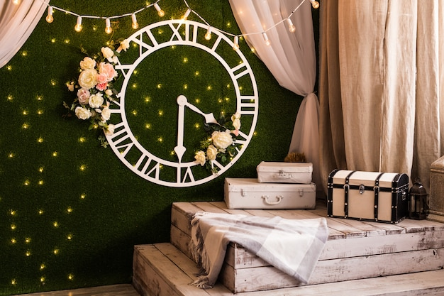 Conceito de tempo - estilo vintage de relógio antigo na parede no interior
