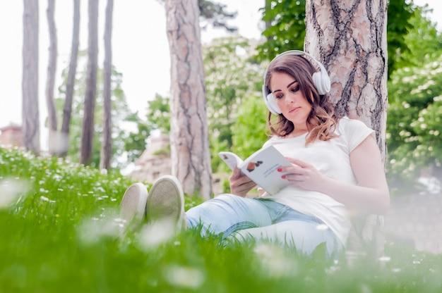Conceito de tempo livre com lindas mulheres relaxando ao ar livre com mu