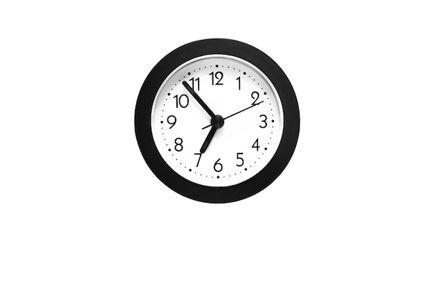 Conceito de tempo - relógio de parede isolado no fundo branco