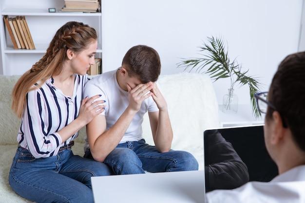 Conceito de terapeuta de casal. falando sobre problemas com o médico.