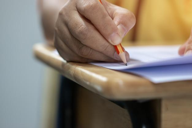 Conceito de teste de educação: homem mãos ensino médio, estudante universitário, segurando o lápis para testes