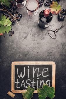 Conceito de teste de vinho em fundo escuro
