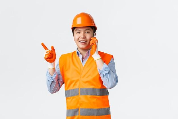 Conceito de trabalhadores industriais e de setor de construção sorrindo asiático engenheiro gerente de construção em reflec ...