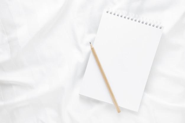 Conceito de trabalhar em casa: bloco de notas e lápis nas folhas