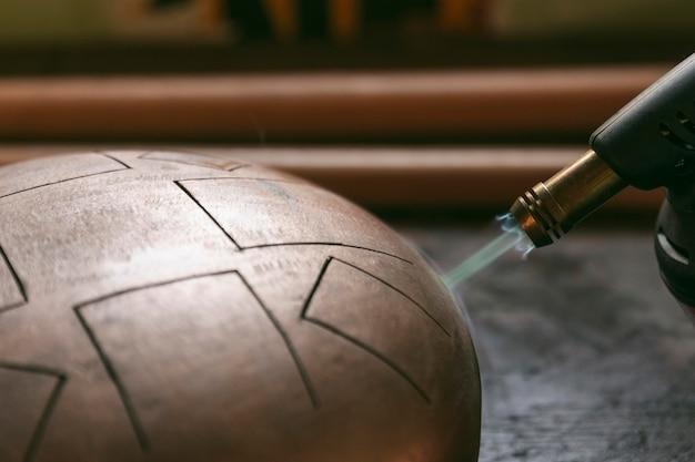 Conceito de trabalho artesanal de tocha de soldagem