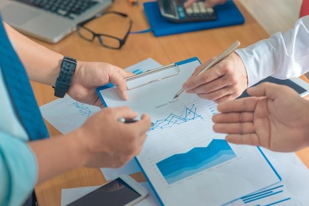 Conceito de trabalho comercial planejamento, trabalho em equipe para o sucesso. foco seletivo e filtro suave flare.