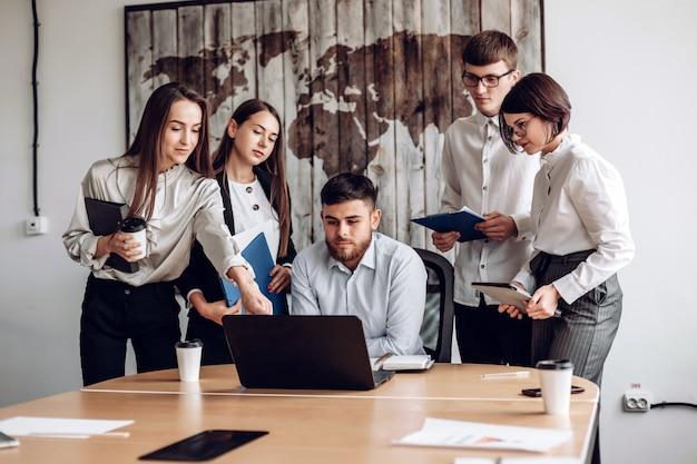 Conceito de trabalho contemporâneo da conexão do escritório para negócios