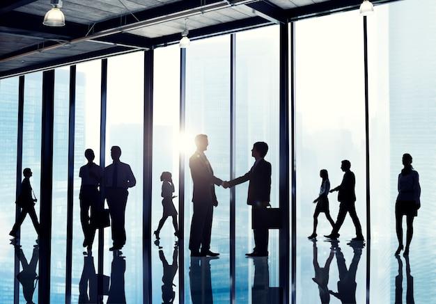 Conceito de trabalho da discussão da conexão da equipe do negócio corporativo