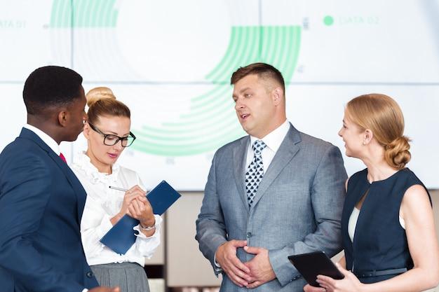 Conceito de trabalho da estratégia de discussão da reunião de grupo de negócios