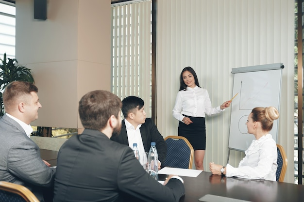 Conceito de trabalho de estratégia de reunião de grupo de negócios