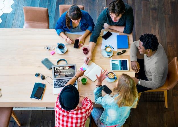 Conceito de trabalho do café do escritório do planeamento da faculdade criadora das ideias