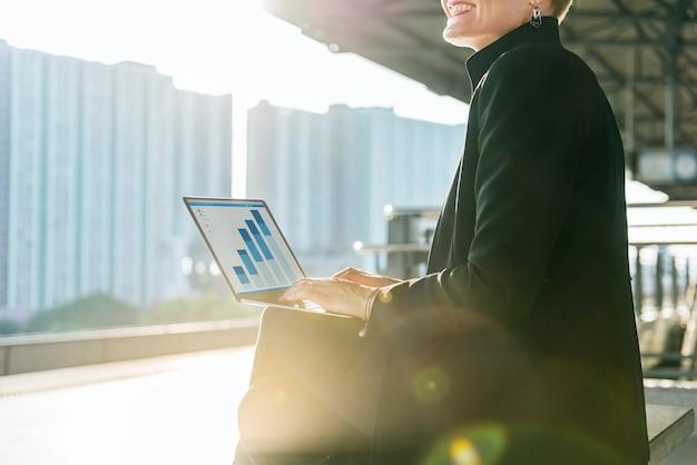 Conceito de trabalho dos dados do investimento da contabilidade da mulher de negócios