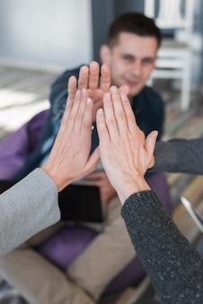 Conceito de trabalho em equipe com as mãos do grupo de pessoas