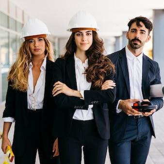Conceito de trabalho em equipe com três arquitetos