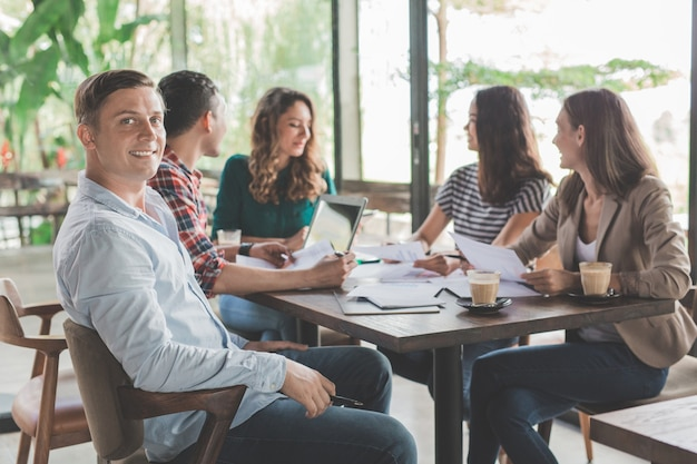Conceito de trabalho em equipe do encontro de pessoas de negócios em uma cafeteria