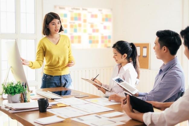 Conceito de trabalho em equipe e educação de negócios.