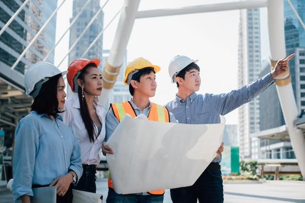 Conceito de trabalho em equipe. engenheiros discutindo com o colega, eles estão planejando construir.