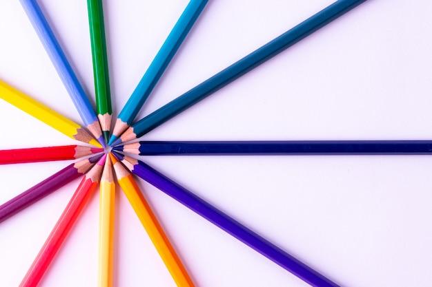 Conceito de trabalho em equipe. grupo de lápis de cor em branco. conceito de motivação.