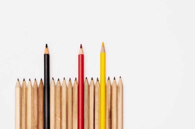 Conceito de trabalho em equipe. grupo de lápis no fundo branco