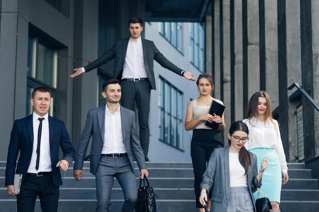 Conceito de trabalho, esgotamento nervoso. crise. desemprego. funcionários insatisfeitos de colegas de trabalho deixando o chefe indo embora