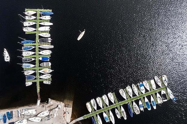 Conceito de transporte com barcos no porto