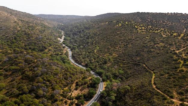 Conceito de transporte com estrada e natureza