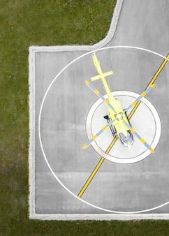 Conceito de transporte com helicóptero no heliporto