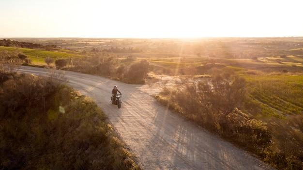Conceito de transporte com moto