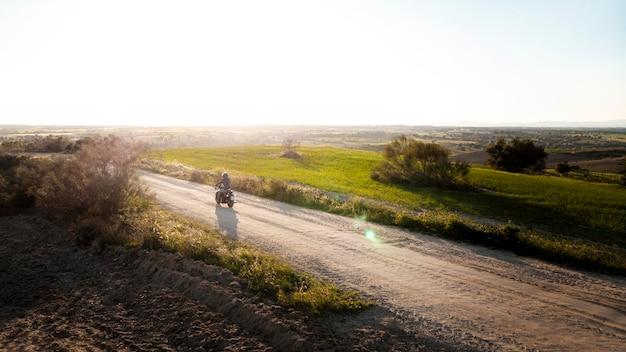 Conceito de transporte com motocicleta