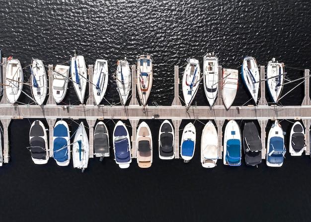 Conceito de transporte com navios