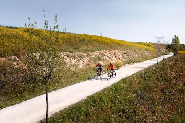 Conceito de transporte com pessoas em bicicletas