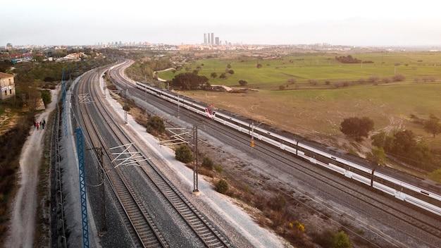 Conceito de transporte com trem em ferrovias