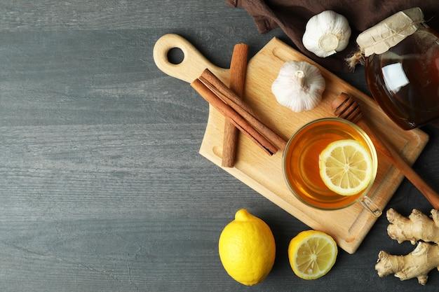 Conceito de tratamento alternativo a frio em mesa de madeira escura