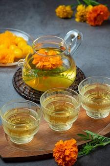 Conceito de tratamento de chá de ervas de calêndula, limão, mel.