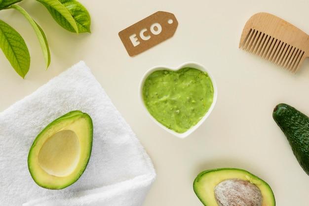 Conceito de tratamento de spa com creme de abacate ecológico
