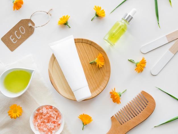 Conceito de tratamento de spa com flores e creme para as mãos