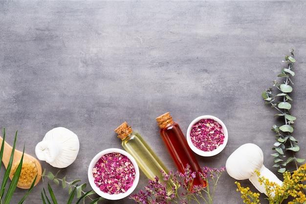 Conceito de tratamento de spa, composição plana leiga com produtos cosméticos naturais e escova de massagem, vista de cima, espaço em branco para um texto.